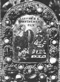 """Abb. 1 Jesaja verheißt Hiskia ein langes Leben (links: """"Isaias Pro[pheta]""""; rechts: """"Ezechias Rex"""" """"König Hiskia""""). Diese Verheißung haben die Kaiser des Heiligen Römischen Reichs auf sich bezogen (Kaiserkrone des Heiligen Römischen Reichs; 9./10. Jh.)."""