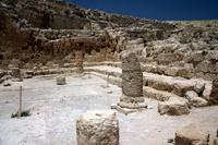 Abb. 4 Die Synagoge auf dem Herodium, Festung und Grabstätte Herodes' des Großen, mit Säulen und umlaufenden Sitzbänken