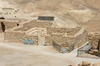 Abb. 3 Die Synagoge auf Masada mit Sitzbänken und Säulen