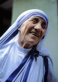 © Foto: Manfredo Ferrari, Online unter: https://commons.wikimedia.org/wiki/File:Mutter\_Teresa\_von\_Kalkutta.jpg; abgerufen am 27.09.2017