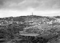 "Matson Photo Service: ""Distant view, Bethany & Olivet from Abu Dis slope, for 'Life of our Lord'"", aus der G. Eric and Edith Matson Photograph Collection, Library of Congress Prints and Photographs Division Washington, D.C., USA (http://hdl.loc.gov/loc.pnp/matpc.12774, Zugriff: 3.7.2018), Public domain"