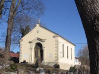 Abb. 6 Grabstein und Gedenkplatte Tischendorfs, heute an der Friedhofskapelle in Lengenfeld.
