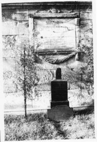Abb. 5 Grabstein und Gedenkplatte Tischendorfs, ehemals Neuer Johannisfriedhof Leipzig